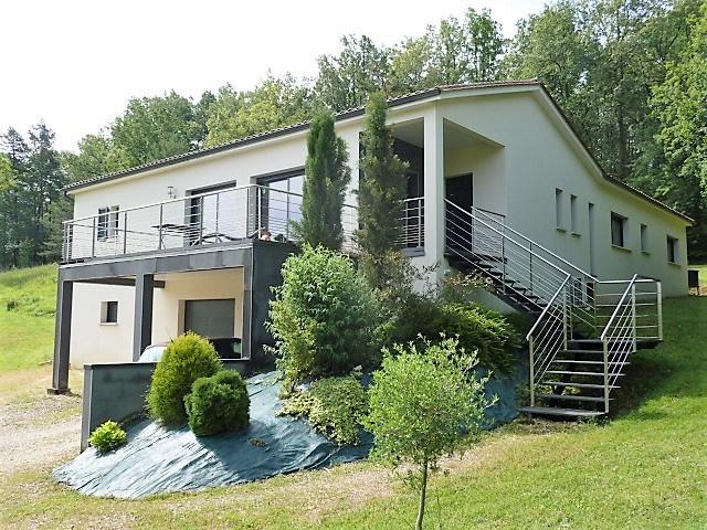 Maison contemporaine sur beau terrain avec terrasses et piscine. Sous-sol  semi enterré et garage.
